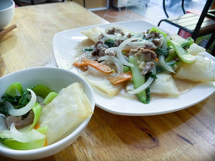 Phở chiên phồng with stir-fried vegetables, a unique food in Hanoi